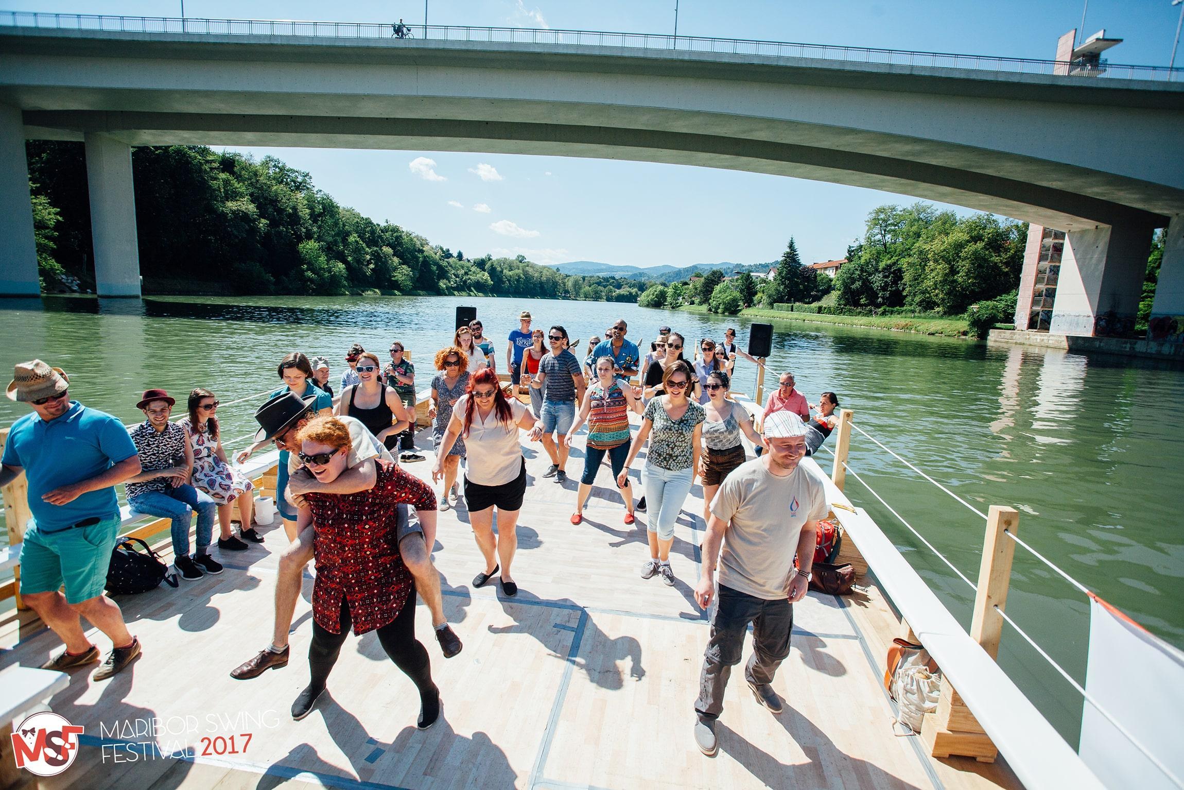 Ples na splavu na reki Dravi image